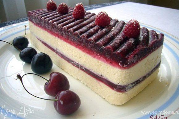 За полчаса до употребления поставить семифредо из морозилки в холодильник, чтобы десерт стал слегка мягким. При подаче украсить ягодами на Ваш вкус.
