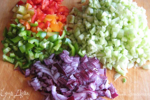 Огурцы и лук очистить,перцы очистить от семян.Все овощи нарезать мелкими кубиками.