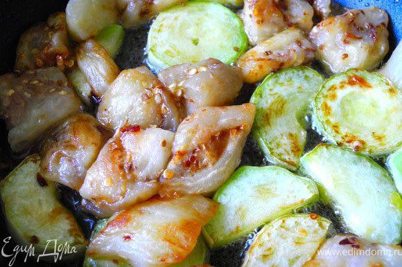 Баклажаны отжать, обжарить их в смеси растительного и кунжутного масел вместе с кабачками.