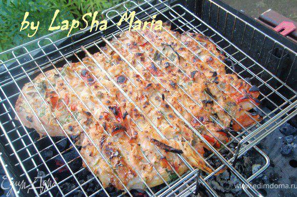 Мясо разместим на решетке и положим на угли. Готовиться примерно пол часа, зависит от углей и мяса. Получается сочно и очень вкусно! Приятного аппетита!