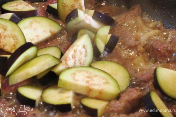 Мясо выкладываем на горячую сковороду, обжариваем 3-5 минут, пока испарится половина жидкости