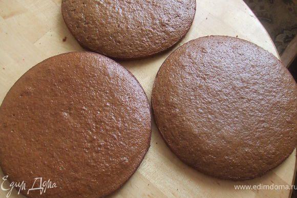 Готовое тесто разделить на 3 части, и испечь 3 коржа.