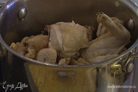 Разогреть кастрюлю с тяжелым дном, уложить туда курицу и тушить под крышкой без добавления масла 5 минут на медленном огне, затем слить сок, снова накрыть крышкой и тушить еще 10 минут.