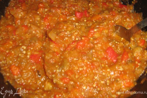 В готовые лук и помидоры добавить баклажаны и перец,хорошо перемешать,посолить( я ещё добавила чайную ложку сахара),добавить измельчённый чеснок,потушить всё помешивая минут 7-8.