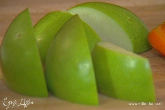 Яблоко нарезать такими же кубиками.
