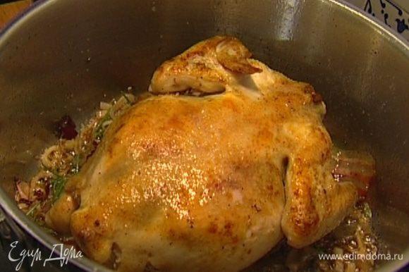 Вернуть курицу в кастрюлю, влить сидр, накрыть крышкой и томить около часа на медленном огне, перевернув 1 раз.