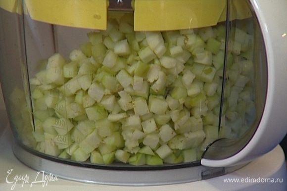 Нарезать баклажаны и лук маленькими кубиками.
