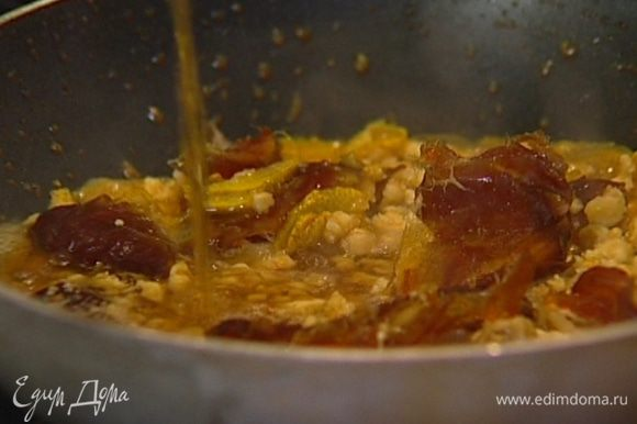 Добавить орехи, финики и бренди, перемешать и снять соус с огня.