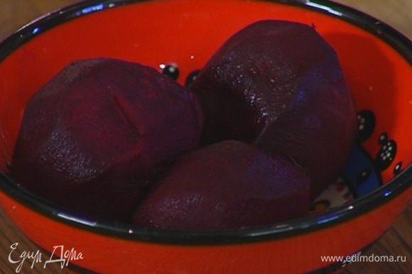 Свеклу вымыть, слегка посолить, поперчить, смазать оливковым маслом, завернуть в фольгу и запечь в разогретой духовке.