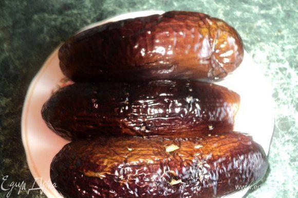 Баклажаны, промыть, обсушить, отрезать хвостики, смазать растительным маслом, наколоть вилкой и запечь в духовке 15 мин при температуре 180 градусов.Затем охладить, очистить от кожицы, порезать мелкими кубиками.