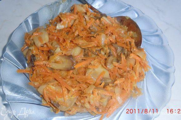 Обжариваем грибы, лук, морковь.