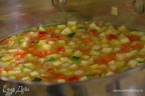 Добавить фасоль вместе с водой, в которой она варилась, и варить около 10–15 минут.