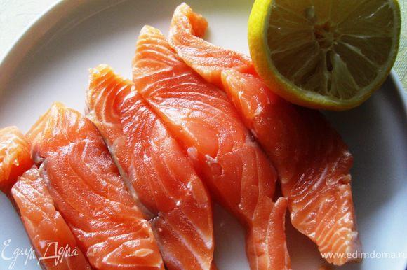 4.Филе лосося заправить лимонным соком и посыпать приправой для рыбы.