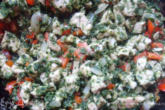 Измельчаем лук, и болгарский перчик, отправляем туда же, солим, перчим, добавляем базилик и прованские травки, чеснок, тушим все еще минутки 3-4. Все начинка готова ;))