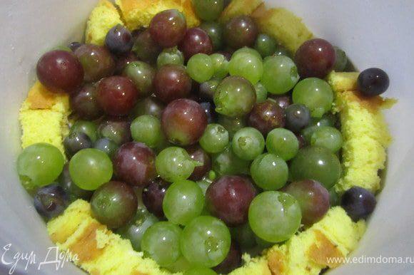 Когда суфле 1 немного прихватилось, выложить на него виноград.