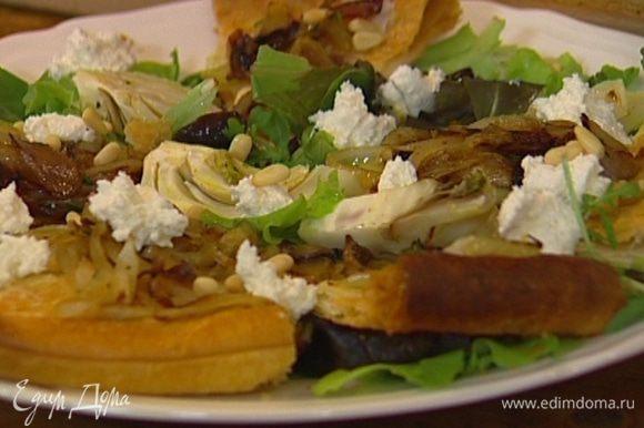 Выложить тесто на листья салата, сверху разложить кусочки свежего козьего сыра, присыпать кедровыми орехами и зеленью фенхеля, полить оставшейся заправкой.