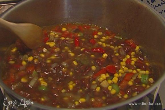 Всыпать кукурузу и продолжать прогревать. Как только суп закипит, добавить лавровый лист и варить суп на очень медленном огне 15−20 минут до готовности кукурузы, в конце лавровый лист вынуть.