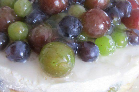 К винограду добавить пару ложек желе для торта, перемешать, аккуратно выложить на торт. Сверху залить оставшимся желе.