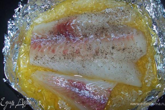 рыбу солим перчим и выкладываем на рис