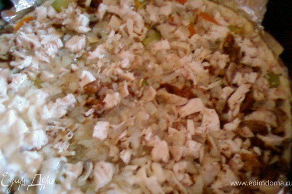 В форму на тесто выложить поджаренный лук,овощи,куриное мясо.Посыпать тертым сыром и залить сливочно-яичной массой.Выпекать 20-30 минут при температуре 180С.