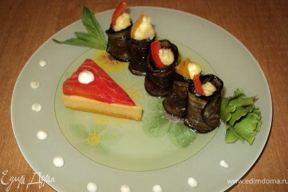 « Рулетики из баклажан»: на пластинку баклажана положить чайную ложку сыра с чесночком, кусочек перца, свернуть рулетиком. Установить на блюдо. Украсить.