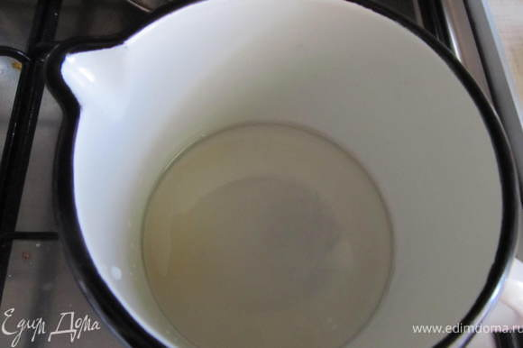 Варим пропитку: воду прокипятить с сахаром в пропорции 2:1, когда остынет добавить коньяк.