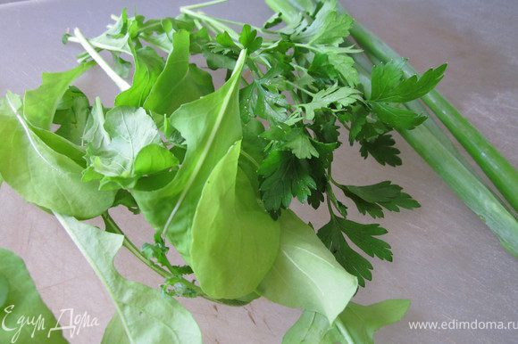 Зелень нарезать (у меня рукола, петрушка и зеленый лук).