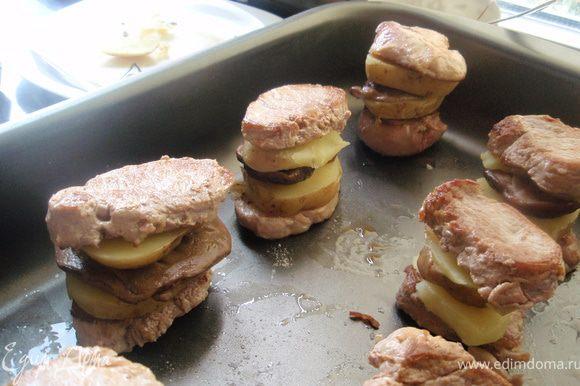 На биточек с картофелем выкладываем по шляпке от гриба и сверху накрываем другим биточком с картофелем.