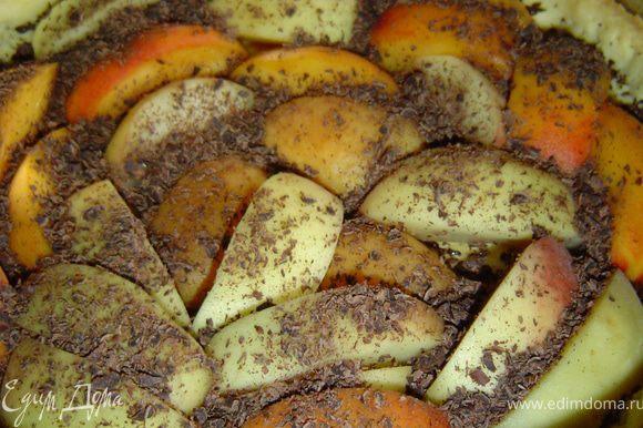 Персики нарезаем дольками и укладываем их на корж, а сверху посыпаем тертым шоколадом.
