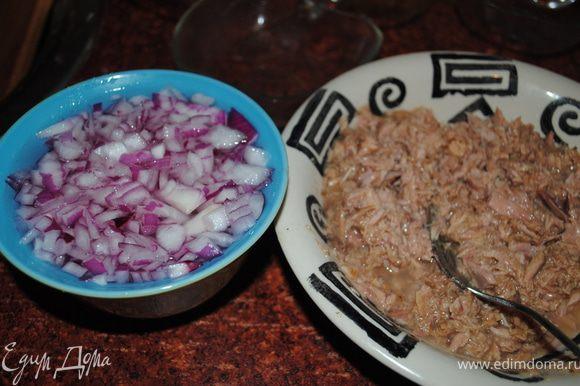 Замариновать лук: лук мелко порубить, выложить в миску, залить кипятком, добавить соль, сахар, уксус, и оставить на 15 минут. Потом маринад слить.