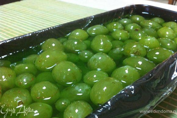 Готовим зеленое желе: добавляем желатин и разводим в 200 мл горячей воды (смотрите по вашей форме - если будет мало, добавляйте еще воду, но не забудьте увеличить количество желатина). Столовой ложкой выливаем на виноград.