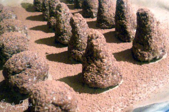 Сформировать пирамидки или пизанские башни в миниатюре - у кого как получится:) Присыпать какао, до подачи хранить в холодильнике. Перед подачей можно повторно присыпать какао.