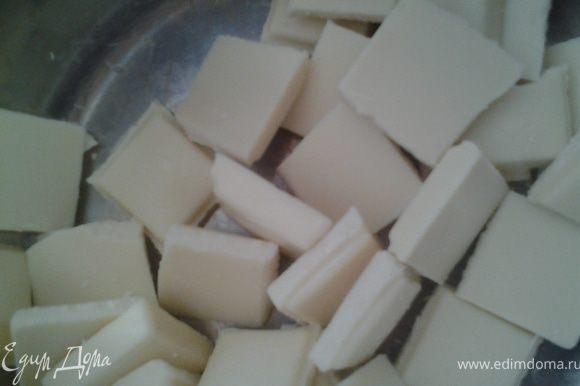 Шоколад растопить на водяной бане. Смешать с миндалем, добавить ваниль и распределить по формочкам(у меня формочки для льда)