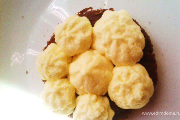 Выложить крем в кулинарный мешок. бискивиты пропитать кофе с ликером. Выложить бисквит и выдавить на него крем как на картинке.