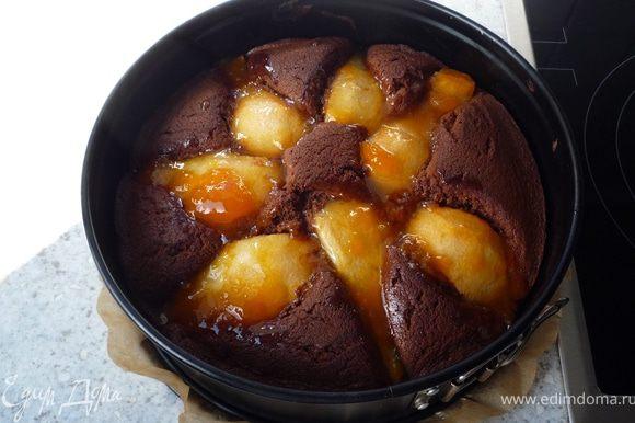 Абрикосовое варенье растопить на медленном огне и смазать им еще горячий пирог. Остудить в форме.