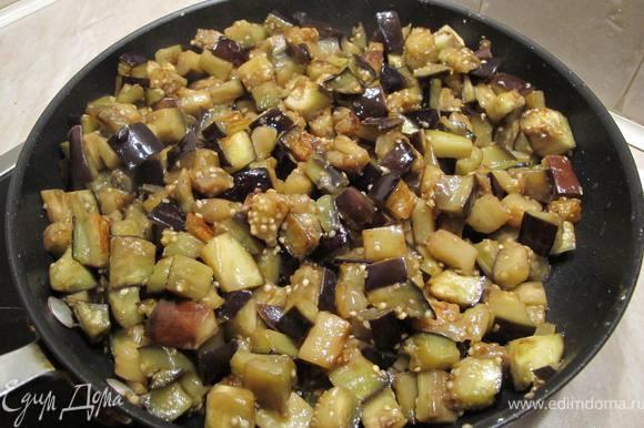 Поочередно обжариваем овощи на сковороде. Наливаем с сковороду немного растельного масла и жарим баклажаны до золотистой корочки. Приблизительно 10-15 минут. Огонь средний. Посолить. Масло добавлять по мере надобности. После того, как баклажаны поджарились перекладываем их в кастрюльку.
