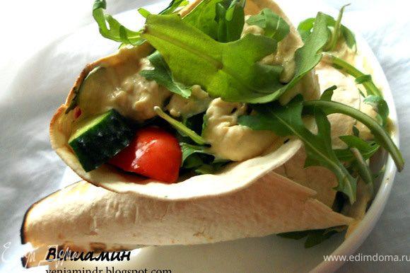 Начинить лепешки/питы салатом (огурцы, помидоры, салатная зелень), шариками из нута и хумусом.