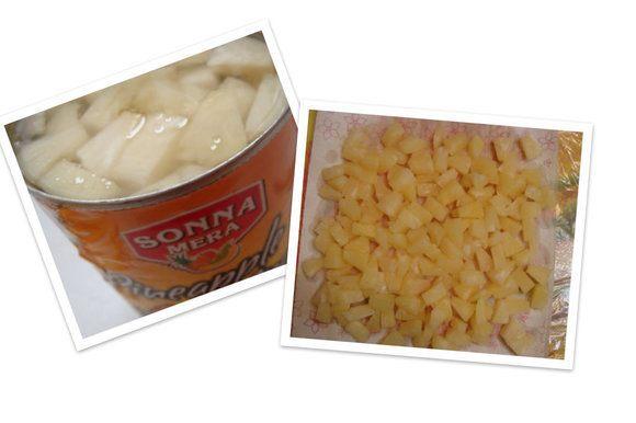"""Сливаем жидкость из ананасов (она нам потребуется для глазури), подсушиваем их. Note: сначала я использовала ананас консервированный (кусочки), а во второй раз - свежий, как и кокос (покупные кокосовые хлопья/мелко порубленная мякоть кокоса). Получается одинаково вкусно, НО ананас нужно хорошо подсушить, т.к. он (особенно консервированный) дает много сока и наполнитель получается слишком жидким. Также лучше порезать ананас помельче (даже консервированные кусочки), тогда он не будет сильно выглядывать из-под глазури, получатся ровные """"брусочки""""."""