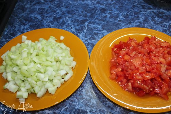 Огурцы и помидоры режем мелкими кубиками и присаливаем.