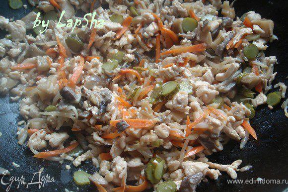 Добавляем огурчики, 1 ст.л. кунжутного или растительного масла и помешивая продолжаем готовить ещё немного.