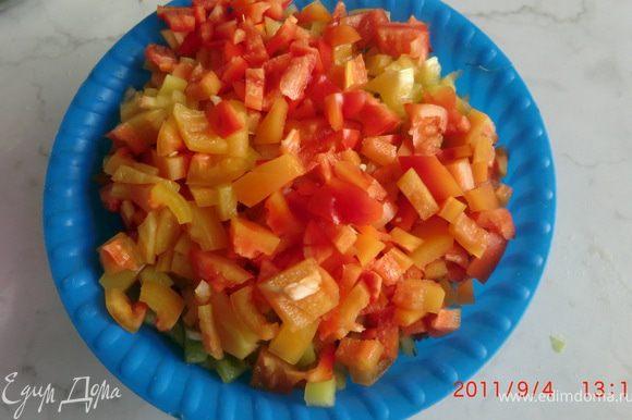 В это время нарезать перец и соединить с помидорами.