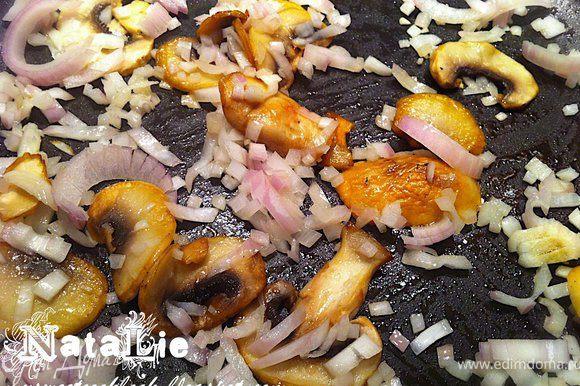 """Рис промыть. У меня все просто: я варю рис в мультиварке. Для этого заливаю рис водой, добавляю специи, куркуму и включаю режим """"рис"""" :) Вы же можете сварить рис привычным для Вас способом: в кастрюле с водой и специями. Когда рис будет готов- накрыть крышкой в кастрюле. А мы пока займемся начинкой. Лук очистить, порезать мелко. Грибы вымыть, порезать на средние кусочки. В сковороде подогреть оливковое масло и обжаривать на нем лук 2 минуты, затем добавить грибы."""