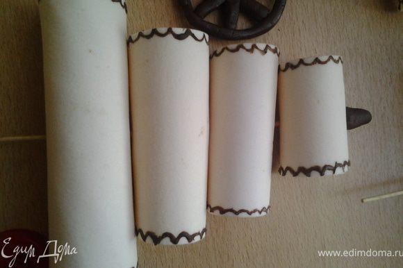 Из мастики паруса у меня сохли 2 дня (спасибо Оксанке, если бы не ее торт не знала бы что надо заранее http://www.edimdoma.ru/recipes/25034), так что надо их заранее изготовить. Раскатать и вырезать 10 прямоугольников одинаковой высоты, но ширины разной. Нижние 3 паруса самые широкие, а дальше все уже.