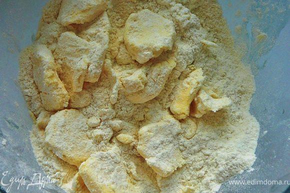 Холодное масло тонко нарезать и добавить к муке.