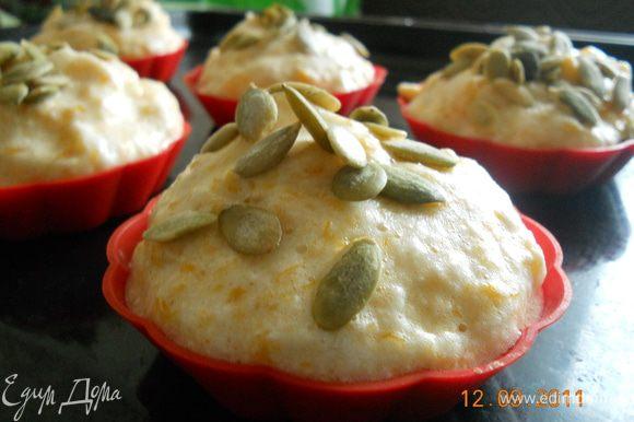 массу выложить в формочки, смазанные маслом , посыпать семенами тыквы и запекать до золотистого цвета