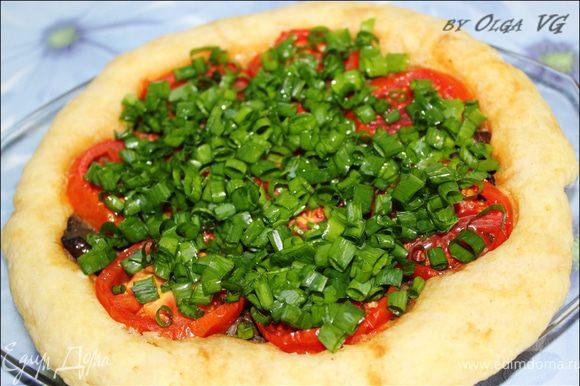 Пирог по истечении времени приготовления оставьте отстояться в СВЧ на 10-15 минут. После выньте и посыпьте зеленым лучком.