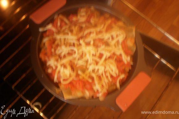 Посыпать натертым сыром, базиликом, расплавить сыр в духовке.