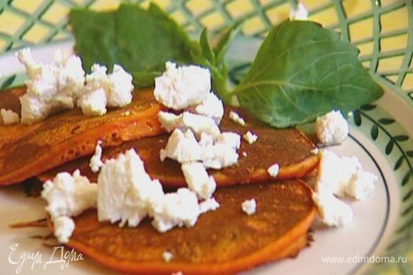 Подавать с козьим сыром, украсив листьями базилика.