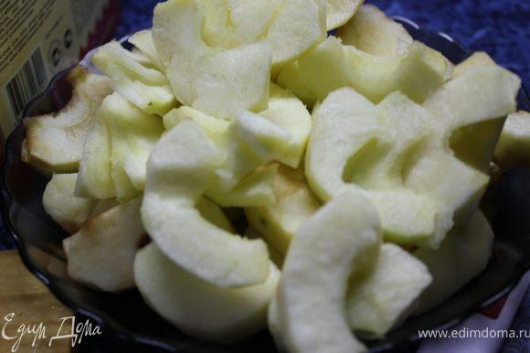 Яблочки помыть, почистить, удалить сердцевину и порезать полукружками.