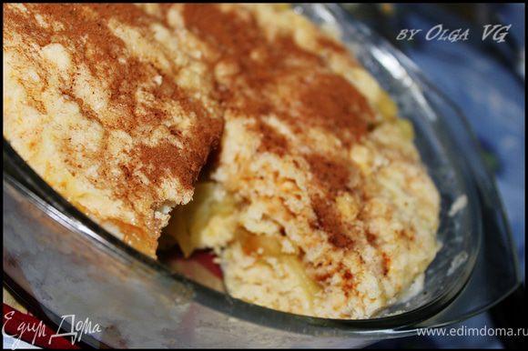 Когда наш пирог готов, посыпать его корицей, разделить на порции и вытащить из глубокой формы на тарелочку. Приятного аппетита!!!)